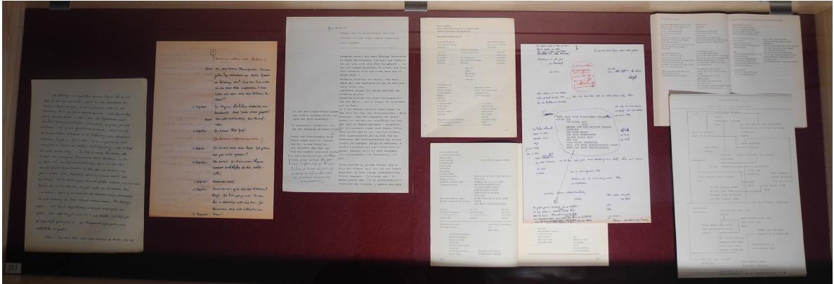 """Abb. 14: Schubfach-Virtine zur textgenetischen Entwicklung der Figur Heimeran Phywa und der Figurationen """"Das Versteckspielregelspiel"""" und """"Der Todesversteckspielturm"""" in Das falsche Buch (v.l.n.r.): Manu-/Typoskriptseiten aus der unveröffentlichten Erzählung und der (nicht realisierten) Hörspielfassung """"Der Kuckuck"""" (ca. 1960), Manu-/Typoskript und Abdruck der Gedichtkomposition """"Der grosse Kuckuck oder das Versteckspielregelspiel"""" (in Jahresring 1973; als """"Versteckspielregelspiel"""" in das FB eingegangen), Ausschnitt aus der Figuration """"Der Todesversteckspielturm"""" in Das falsche Buch (1983), Manuskriptseite aus dem Nachlass zu Gegenmünchen mit der unveröffentlichten Figuration """"Versteckspiel"""", die nicht in GM eingegangen ist (siehe auch nachfolgende Detailansicht). (© T. Betz)"""