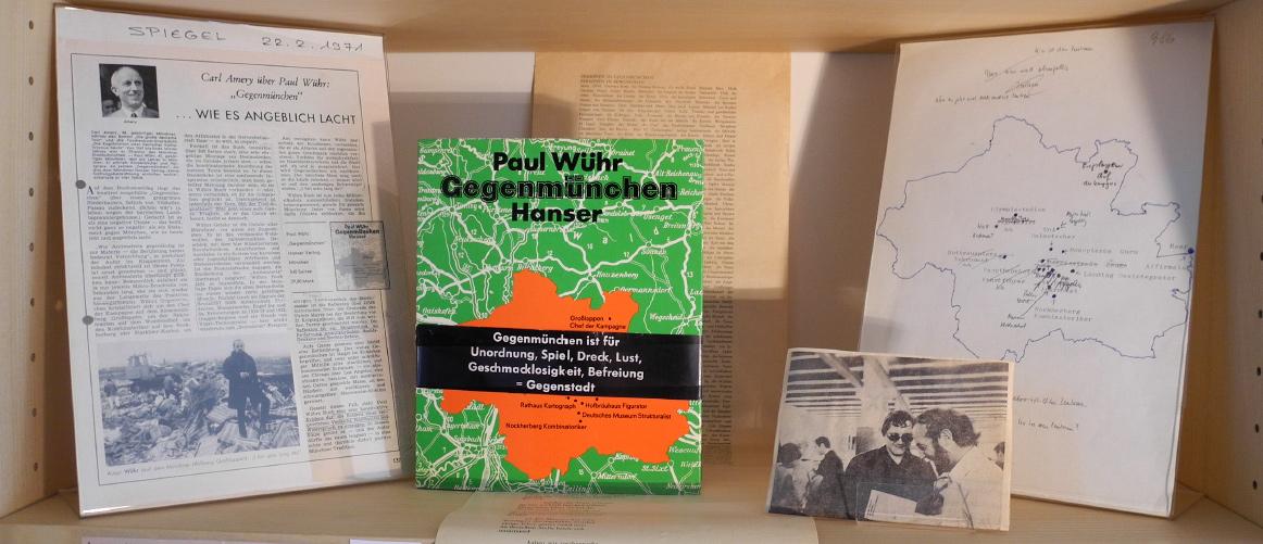Abb. 2: Regalfach zu Gegenmünchen (v.l.n.r.): Rezension (C. Amery), GM (mit Original-Bauchbinde), Druckfahne, Foto Buchmesse, Typo-/Manuskript (© T. Betz)