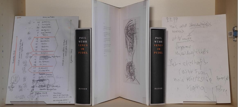 Abb. 3: Regalfach zu Venus im Pudel und zur Tanzschrift (v.l.n.r.): Planskizze zur Venus; ViP (Kasette), Tanzschrift (aufgeklappt), Tagebucheintrag vom 9.8.1999 zu ViP (© T. Betz)