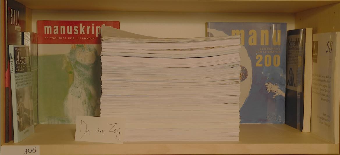 """Abb. 5: Regalfach zum """"Wirren Zopf"""", enthaltend ein Original-Typoskript als Papierstapel, umgeben von Zeitschriften mit Vorabdrucken (© T. Betz)"""