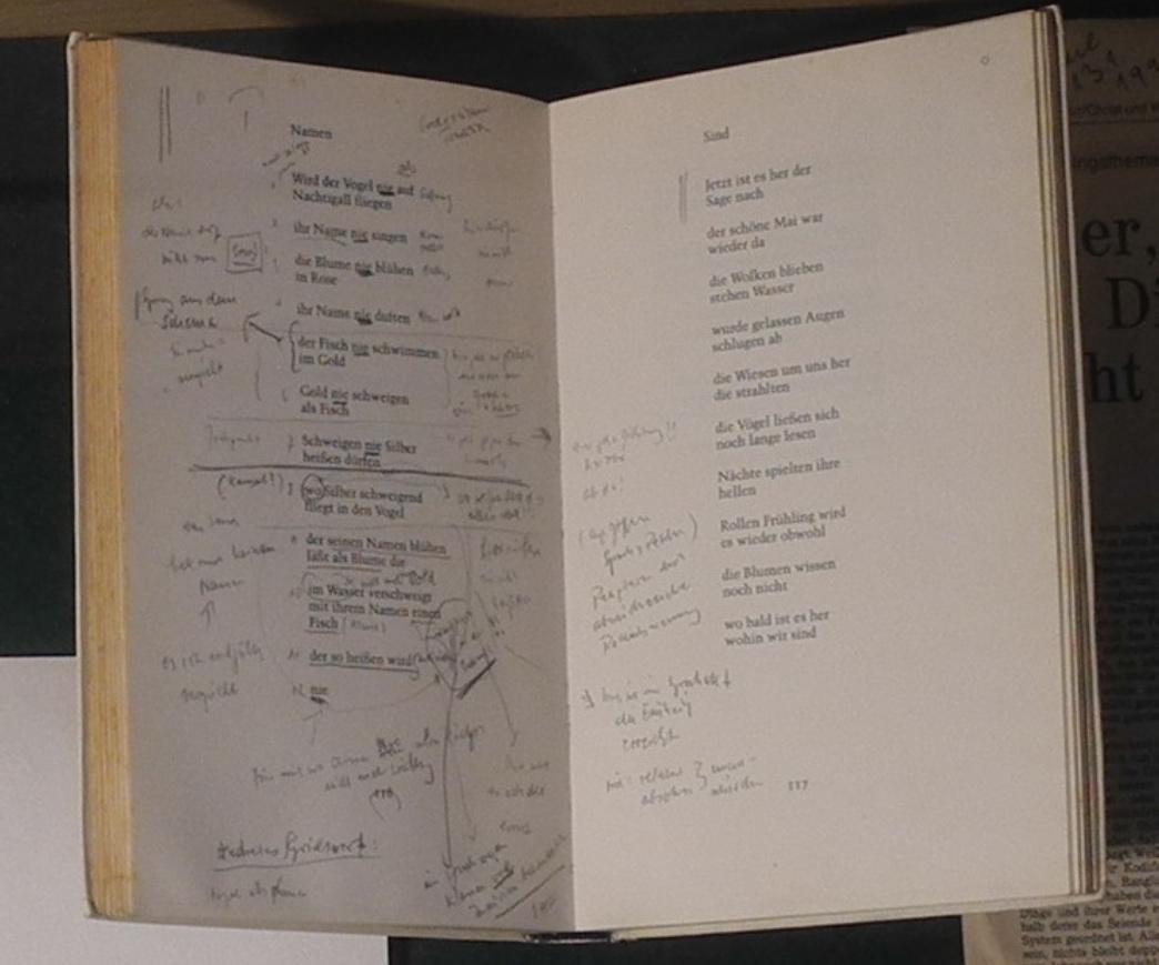 Abb. 8: Exponatbeispiel aus der Schubfach-Vitrine zu Sage: Das Buch Sage aus Wührs Privatbibliothek mit Anstreichungen und Kommentaren (© T. Betz)